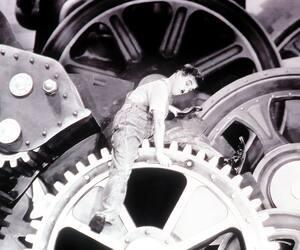Charlie Chaplin, alias le monsieur dans la machine, dans une scène du film <i>Les temps modernes</i>.