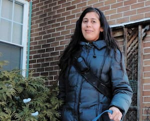 La recherche d'un appartement stresse Marisol Simard d'autant plus qu'elle a un chien, Waston, et que plusieurs propriétaires refusent les animaux. Le gel des visites vient donc s'ajouter à la crise du logementà Montréal.