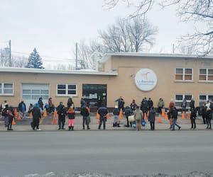 Il y avait foule jeudi matin devant la banque alimentaire La Bouchée généreuse, située dans le secteur Limoilou, à Québec.