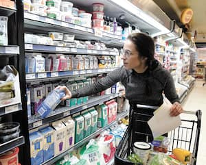Notre journaliste Catherine Bouchard a passé une journée à travailler comme livreuse d'épicerie. Elle a eu un avant-goût de tous les défis que représente ce travail devenu essentiel pour de nombreuses personnes.