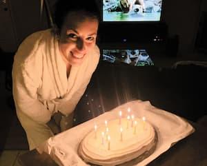 Mon conjoint a immortalisé ce moment où j'ai soufflé les bougies de mon gâteau en boîte, en regardant Un zoo pas comme les autres.