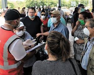 Un employé de l'ambassade canadiennea dû annoncer à desvoyageurs, à l'aéroport de San Salvador,que ce ne sera pastout le monde quipourraêtre rapatrié.
