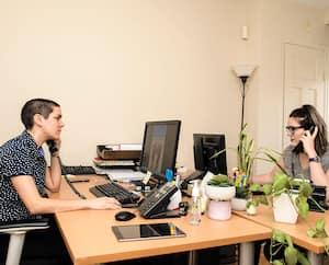 Camille Martin-Emond et Lydia Jones, de l'organisme Suicide Action, sont particulièrement occupées depuis le début de la crise du coronavirus.
