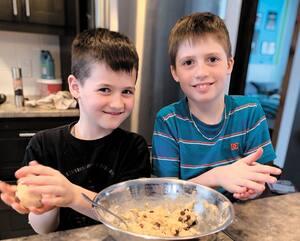 Les frères Zack et Eliot, âgés de 8 et 9 ans, pratiquent leur lecture et leurs mathématiques en cuisinant de nouvelles recettes.