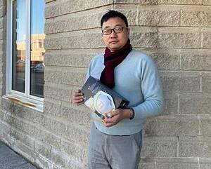 Fan Zhou, patron de SmartMi, à Montréal, montre quelques masques qu'il a actuellement en sa possession. Il est en isolement à Toronto où il se trouvait au début de la pandémie.