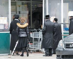 Des membres de la communauté juive hassidique, comme ici, vendredi, dans une épicerie de la rue du Parc, auraient tenu un rassemblement dans une synagogue, jeudi soir.