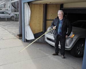 De nouvelles habitudes pourraient apparaître après la pandémie. Les gens risquent de garder leurs distances, comme l'ironise Denis Marcoux, un résident du Vieux-Québec qui discutait à la blague, avec son ruban à mesurer, sur le trottoir.