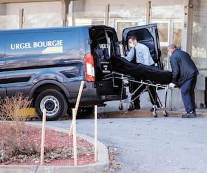 Un camion du salon funéraire Urgel Bourgie est venu chercher un cadavre au CHSLD Sainte-Dorothée, à Laval, mardi.
