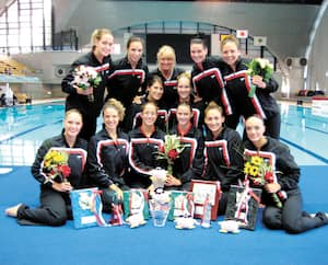 Julie Sauvé (au centre) en compagnie de l'équipe canadienne de nage synchronisée un an avant les Jeux olympiques de 2012.
