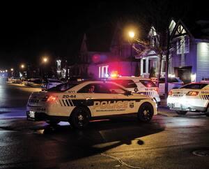 Des policiers se sont rendus devant la résidence de l'avocat Nicholas Daudelin, à Mont-Saint-Hilaire, sur la Rive-Sud. Il a été atteint d'une balle à la jambe, le 26 mars.