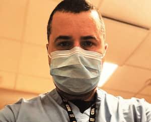 À gauche, Guillaume Patenaude lors de sa formation à l'hôpital la semaine dernière. À droite, en novembre, alors qu'il arborait une longue barbe en coiffant un client.