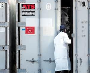 Des conteneurs réfrigérés ont été installés au complexe funéraire Yves Légaré, à Longueuil.
