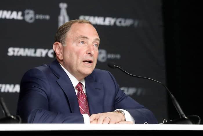 Gary Bettman doit négocier sur deux fronts: avec les joueurs et avec les propriétaires.