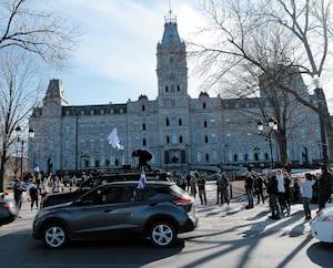 Une centaine de personnes ont manifesté contre le confinement devant l'Assemblée nationale, le 25 avril.