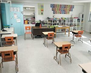 À la fin avril, un directeur d'école avait disposé les pupitres des élèves à deux mètres de distance les uns des autres, dans une classe. Il pouvait faire entrer 11 élèves dans cette classe où il n'y a pas de coin lecture, d'étagères ou de minibibliothèque, etc.