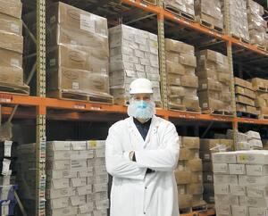 Le PDG de Montpak International, Alexandre Fontaine, souhaite écouler ses surplus de veau empilé dans les congélateurs de son abattoir de Laval. Il demande aux Québécois d'acheter cette viande 100% locale afin d'aider la filière à se remettre sur pied.