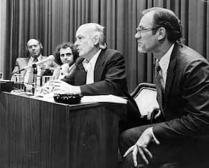 Claude Morin (à gauche) en compagnie de Claude Charron (au centre) et de René Lévesque (à droite), lors d'une annonce gouvernementale.