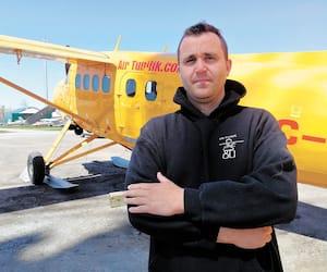 Simon Contant devant un DHC-3 Otter dans le garage d'Air Tunilik, à Laval. L'entreprise, qui possède 12 avions de 3 modèles différents, rêve de faire découvrir le Nord à tous les Québécois.