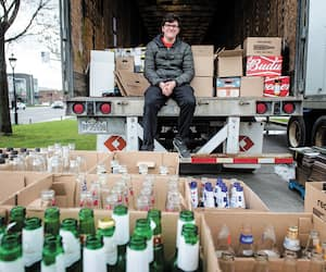 Isac Sévigny, emballeur au IGA de Pointe-aux-Trembles, triait les bouteilles à l'arrière d'un camion stationné chez le détaillant, samedi, dans l'un des sept sites decollecte.
