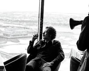 Denys Arcand ne se doutait pas à l'époque que son documentaire, <i>Le confort et l'indifférence</i>, sorti en 1981, serait aussi important pour la mémoire du référendum de 1980. On le voit au centre, en compagnie de Bernard Landry, lors du tournage.