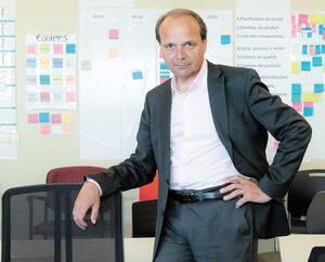 Le PDG du Groupe Lacasse, Sylvain Garneau, n'a pas hésité à se lancer dans la fabrication de mobilier destiné à la nouvelle réalité du télétravail pour passer à travers la crise. Les meubles sont expédiés en à peine cinq jours.