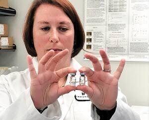 Marianne Stanford, vice-présidente recherche et développement chez IMV, montre desvaccins candidats contre la COVID-19.