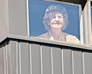 À 101 ans, Cécile Thibault Daoust a attrapé la COVID-19 durant un séjour en CHSLD. Elle a enfin été déclarée guérie le 18 mai, et réintégrait le lendemain avec soulagement sa résidence, où elle a été prise en photo.