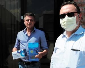 Pierre-Jean Messier et son collègue, Claude Neunlist, déplorent que des Canadiens aient possiblement volé leurs masques devant être livrés au CHU de Québec.