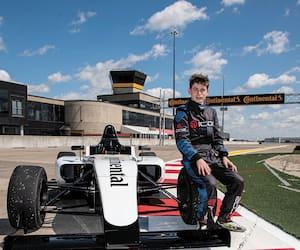 Après avoir fait ses classes en karting, le jeune espoir québécois Justin Arseneau passe maintenant à la Formule 4.