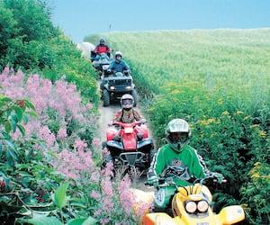 Les randonnées en quad vont être plus populaires que jamais cet été au Québec.