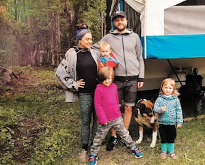 Alexandra Simard, son conjoint, Sébastien Harry Deschênes, et leurs trois enfants vivront dans cette tente-roulotte tout l'été.