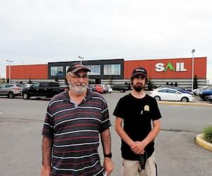 Jean-Pierre Dionne et son fils Charles, rencontrés dans le stationnement du Sail de Laval, sont clients de ce magasin depuis son ouverture, en 2008. Ils se disent attristés des ennuis financiers de l'entreprise.