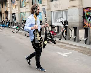 Greg Leblanc, le gérant du magasin Steve's, aide les policiers à rapporter les guitares volées.