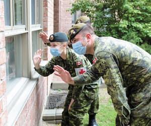 Des militaires ayant travaillé à la résidence Les Floralies, à Montréal, ont salué pour une dernière fois des résidents, mercredi après-midi. L'aide de ces soldats n'est plus requise dans cet établissement.