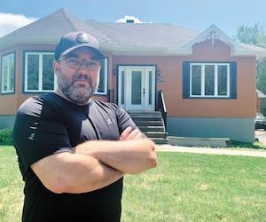Éric Baril, photographié devant sa maison de Trois-Rivières, souhaiterait que SNC-Lavalin règle la note pour soulager les victimes.