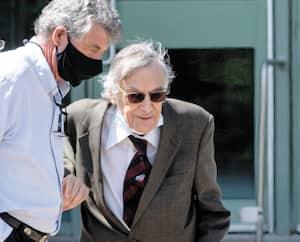 Avec son masque sous le menton, le comédien et animateur Edgar Fruitier, 90ans, avait de la difficulté à se déplacer lundi au palais de justice de Longueuil.