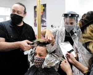Maxime Ouellet et ses employées ont coloré les cheveux d'une cliente du salon No:1 à Québec, hier. En raison de la pandémie de COVID-19, il y a plus d'un mois d'attente.