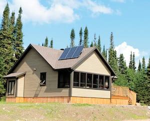 Voici un bel exemple des chalets de l'avenir dans la réserve des Laurentides. Il s'agit d'un de ceux qui ont été construits sur le site du lac Malbaie, avec tout le confort dont vous avez besoin pour votre séjour.
