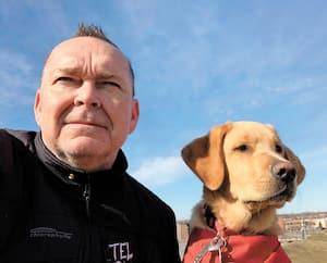 En cette période de confinement, Jean-Michel aime bien faire de longues promenades avec son chien Wilcox.