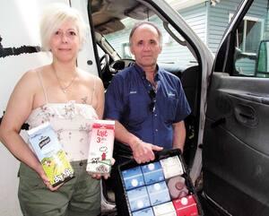 Martine Raymond et Mario Charron, un couple de laitiers de Lanaudière, ont fait des affaires d'or pendant la pandémie en livrant du lait sur le perron de leurs clients.