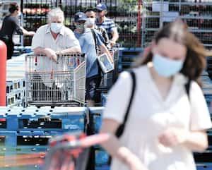 Si à Québec le port du masque demeure une habitude marginale, l'Organisation mondiale de la santé conseille depuis vendredi de mettre un couvre-visage dans les lieux très fréquentés des régions très touchées par le coronavirus.