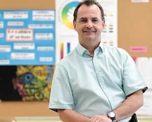 Jean-François Roussel, directeur de la Polyvalente de Charlesbourg à Québec, reconnaît que les jeunes devront faire un effort d'adaptation à la rentrée. Mais ce n'est rien comparé aux contraintes qui leur ont été imposées au cours des derniers mois, dit-il.