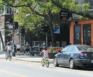 Le quartier Limoilou est de plus en plus recherché, sauf que le prix des loyers y a beaucoup augmenté ces dernières années. Ci-dessus, une famille à vélo sur la 3e Avenue.
