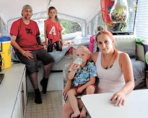 Karine Paquette et Jean-François Baker, les parents de Léa Paquette, 7ans, et Philippe Baker, 2ans, ont déboursé plus de 4000$ pour acheter une roulotte usagée et payer les frais de déménagement et d'entreposage en attendant leur maison.