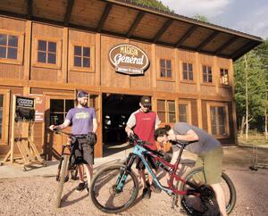 À la Vallée Bras-du-Nord, dans Portneuf, il est possible de louer des vélos pour toute la famille avant d'attaquer les sentiers de la forêt.