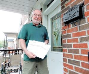 Gilles Blain montre les trois lettres qu'il a reçues provenant de Service Canada et portant le nom de trois personnes qui lui sont inconnues. Il craint qu'il s'agisse d'une tentative de fraude afin de mettre la main sur laPrestation canadienne d'urgence.