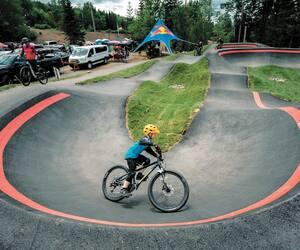 Le centre de vélo de montagne les Sentiers du Moulin à Lac-Beauport inaugure cet été sa toute nouvelle <em>pumptrack</em> asphaltée.