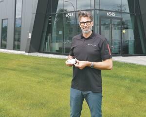 Stéphane Bernier tient dans ses mains l'Egid, un radar portatif unique au monde qui favorise la distanciation sociale.
