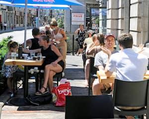 Le Bureau de Poste, Terrasses Rue Saint-Joseph E, Distanciation sociale, Quebec, 4 juillet 2020. Photo PASCAL HUOT / JOURNAL DE QUEBEC / AGENCE QMI
