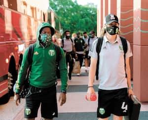 Diego Chara et Jorge Villafana, des Timbers de Portland, sont à Orlando armés de leur masque en prévision du tournoi de la MLS qui se mettra en branle mercredi.